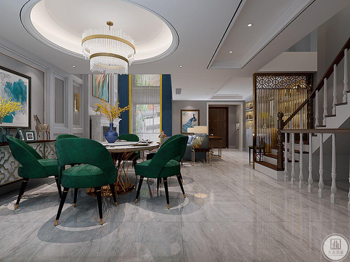 餐厅用色大胆,一组墨绿色餐椅,让整个空间亮丽鲜活,圆形的餐厅吊顶,奢华的水晶吊灯,精致品质悠然而生。