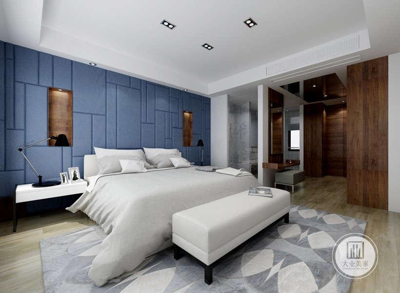 主卧背景选用了几何不规则的硬包造型,使卧室看起来更加简单明亮。主卧同时是集卫浴、衣帽间为一体的套房形式,在功能使用上满足了业主的需求。